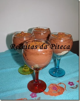 Doce de mousse de chocolate e frutas do pomar Português