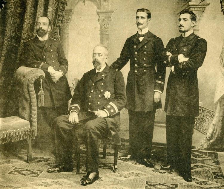 Comandante y oficiales del cañonero torpedero NUEVA ESPAÑA. De la Revista El Mundo Naval Ilustrado. Año 1.898.JPG