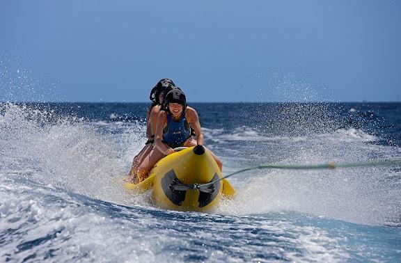 Platja de Tamarit.  Activitats nàutiques davant Tamarit Park Resort Tarragona, Tarragonès, Tarragona