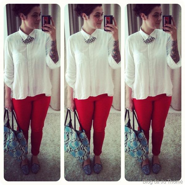 look calça vermelha camisa branca e bolsa azul estampada