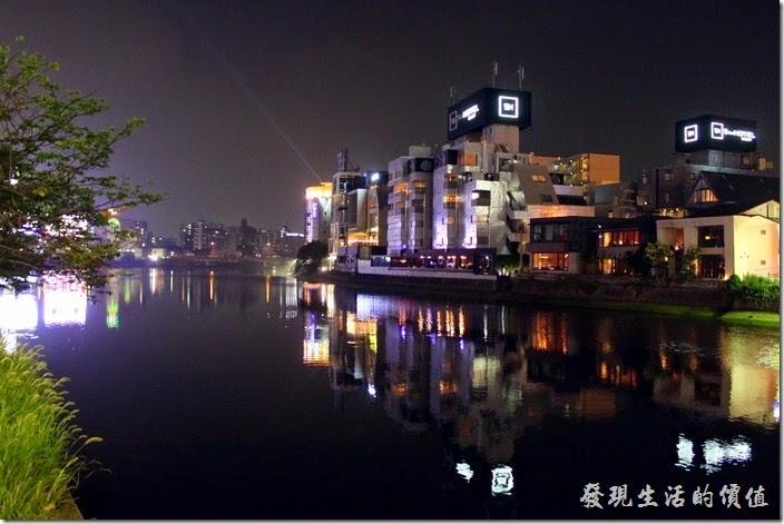 日本北九州-中洲屋台(路邊攤)。中洲的屋台在【那珂川】旁,這裡雖然沒有大都是的繁華熱鬧景像,但河水乾淨,是個不錯的散步景點。