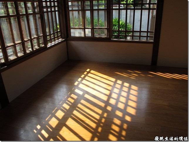 台南-台鹽宿舍。不知道為什麼?我就是很喜歡這樣子一明一暗的光影線條。