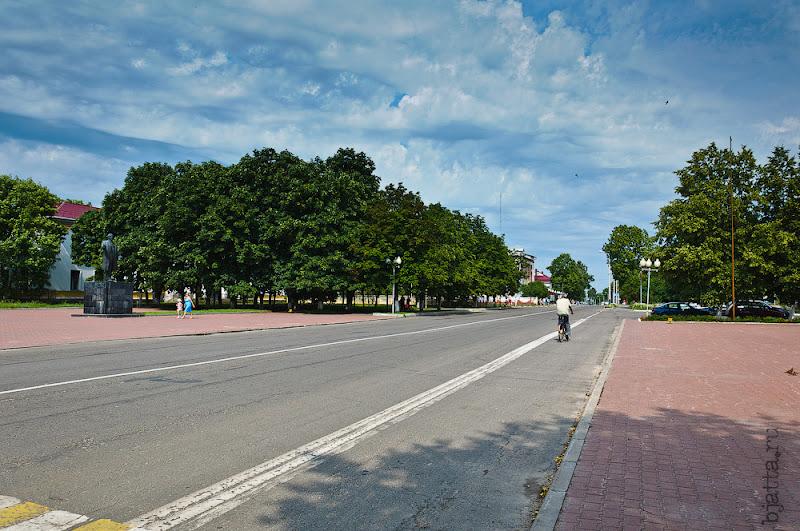 Самое красивое небо в мире - это небо Белоруссии!!! Это улочка уходящая вправо от исполкома, далее по ней Банки (Агро и Беларусь) два или три банкомата, парочка заведений и город заканчивается.