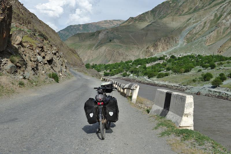 Privind catre Afganistanul inghetat in timp pe malul celalt al raului Panj.