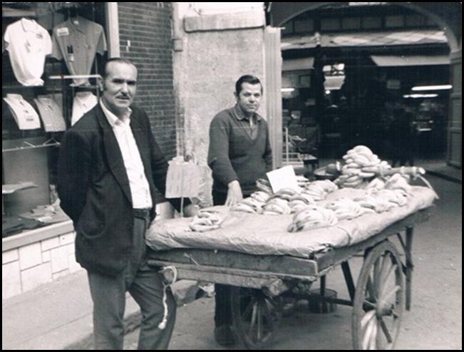 Vendedor ambulante de plátanos junto a la plaza Redonda. Ca. 1975.