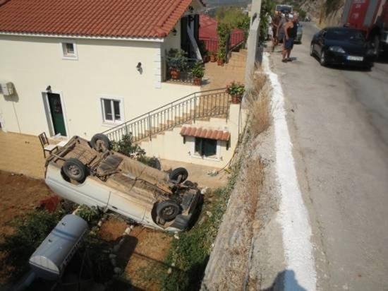 Αυτοκίνητο έπεσε από ύψος τεσσάρων μέτρων στα Άνω Βλαχάτα – Άγιο είχαν οι επιβάτες [φωτο]