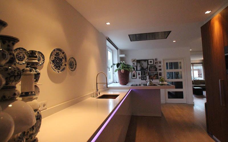 Greeploze keuken met hoogglans witte fronten