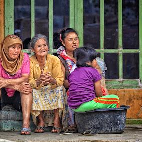 Bersantai di beranda by Syf Talkie - People Family ( family )