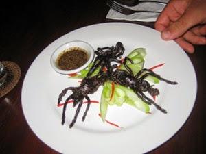 Insetti mostruosi con salsa nel piatto in Cambogia
