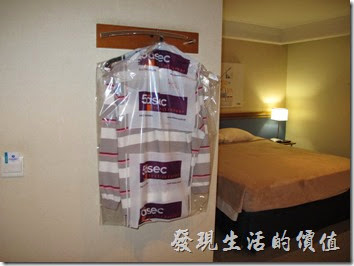 TRANSAMERICA。洗衣服需要放在塑膠帶子內,而且不可以放床上,服務生不會收,建議放在開門就可以看得到的地上就好了,洗好的衣服要隔天(24小時候)才會回來,但事會掛在掛勾上。