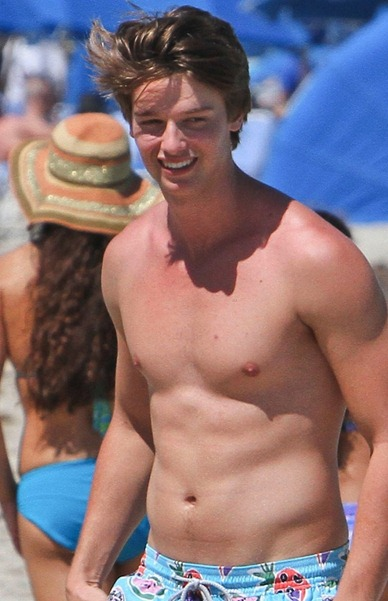 Patrick-Schwarzenegger-shirtless-6