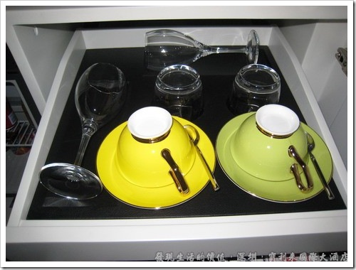 深圳寶利來國際大酒店,在櫃子內還有精美的咖啡杯與紅酒杯。
