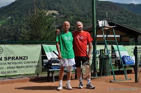 Il sindaco Tullio Aramini con l'amico Damiano Mozzonipronti ad entrare in campo