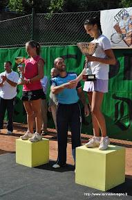 Il direttore del torneo Vanni Tanghetti premia la vincitrice Alice Moroni.