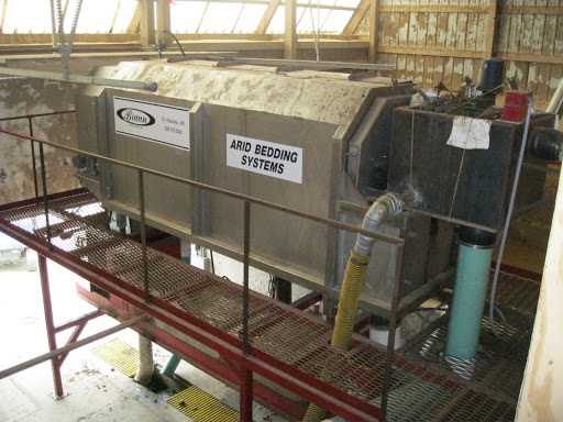 Primary separator used for thickening and conditioning the raw manure