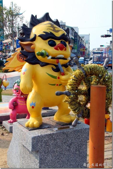 台南-安平劍獅公園-護國將軍。帶頭的黃色劍獅取名為「護國將軍」,代表人物是鄭成功,其象徵是手持尚方寶劍,背後插著令旗,一副威風廩淋的站在眾劍獅的最前面。