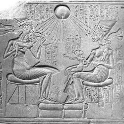 56 - Amenofis IV, su esposa y dos hijas bañadas por el sol de poniente.JPG