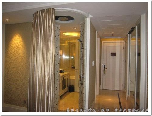 深圳寶利來國際大酒店,房間的浴室是它的特點,淋浴間有個透明的玻璃,只要把簾子拉開,淋浴時也可以看電視。