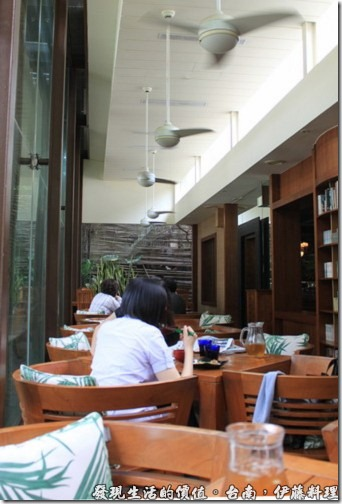 台南伊藤日本料理,進入餐廳後的左手邊就是一大片落地窗的座位,這裡的光線充足,可以看看書寫寫字,吃飯聊天的好場所。