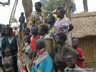 A coté de leur maison d'habitation, les membres d'une même famille suivent le passage du cortège du gouverneur du Nord-kivu, lors de sa première visite officielle à Rutshuru après le conflit Ph John Bompengo/ Radio Okapi