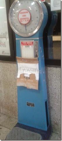 Bilancia con cartello Guasta