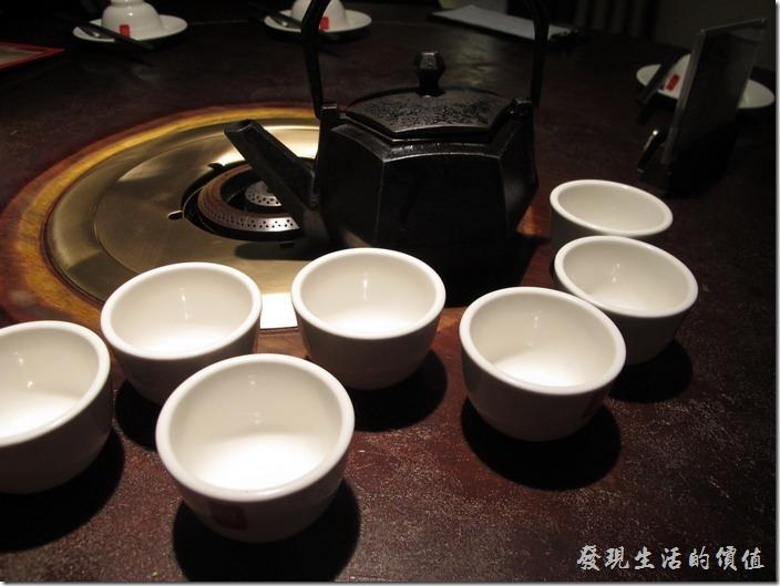 台北-鼎王長安東店。好特別的茶壺,而且很重。