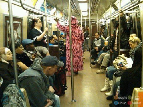 pessoas bizarras em metrô (32)