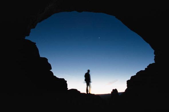 Caverna, deserto… os profetas não são lá muito gregários. Seria esse um método que Deus usa para preservá-los da corrupção que pode ocorrer por conta das influências?
