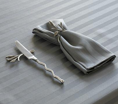 ronds de serviette et les porte-couteaux feuilles