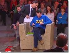 Floris controlla la felpa di Salvini