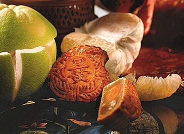 Szechuan Court Baked Peach-shaped Mooncake with Single Yolk & Macadamia Nut