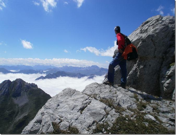 Mikel en una asomada hacia Lescun, el valle está precioso con el mar de nubes.