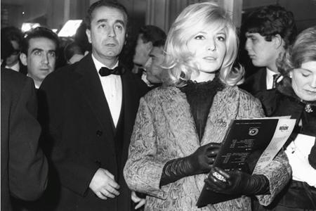 Monica Vitti e Michelangelo Antonioni alla prima di 8 e mezzo di Federico Fellini a Roma, il 13 febbraio del 1963.