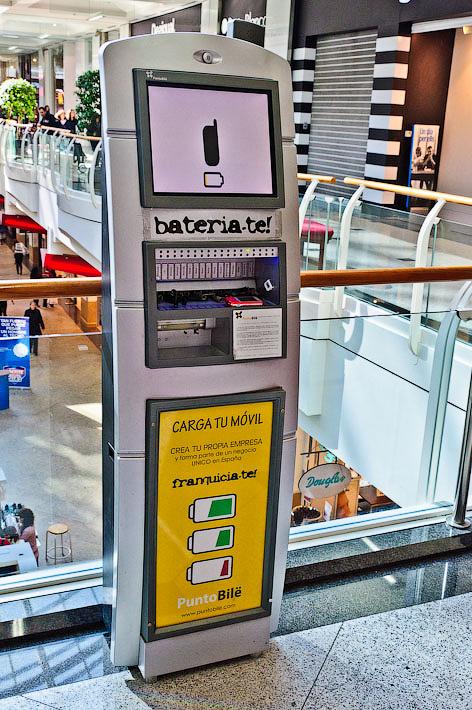 Зарядное устройства в одном из торговых центров. Диагональ. Барселона. Испания.