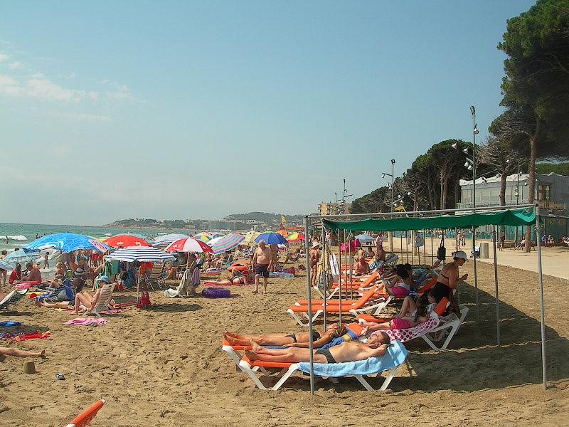 Hotel Terramarina (ex. Carabela Roc). La Pineda. Costa Dorada. Spain. Пляж не так уж и забит, хотя на выходных многолюден.