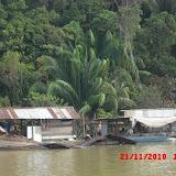 せき止められたバルイ川の沿岸に作られた水上家屋。(フヴァット・ライン氏提供)