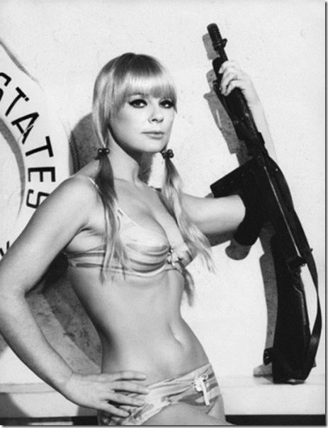 hot-women-guns-18