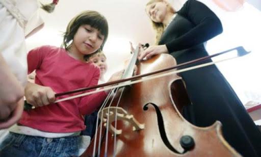 anak kecil belajar bermusik