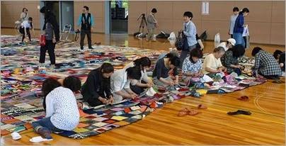 Uma manta de 476 m2, tecida por vítimas do desastre de 2011, conseguiu entrar para o Guinness, o Livro dos Recordes.