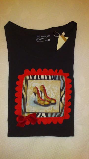 camiseta con panel de zapatos y bordeada con cinta de pétalos rojos y rematado con un lazo lateral de terciopelo.