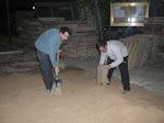 Escampant la terra per no fer malbé l'asfalt