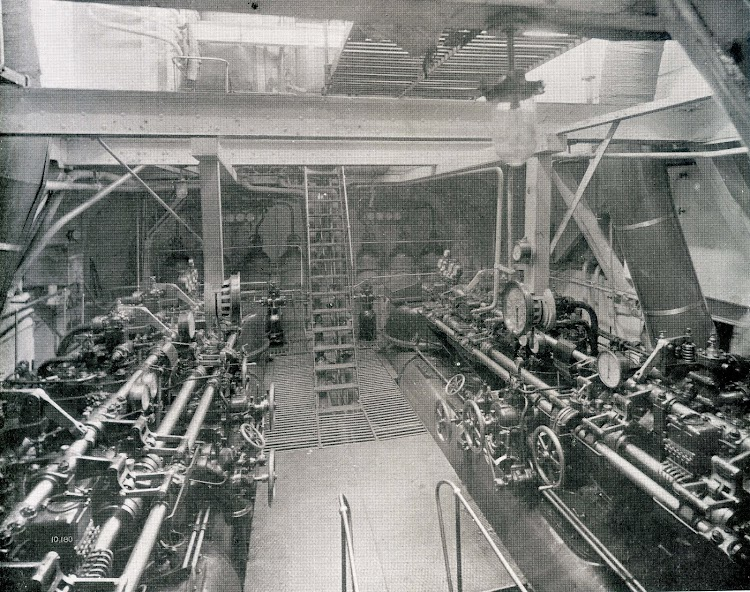 View of the engine-room, looking on starting platform. De la revista THE SHIPBUILDER. Año 1921.jpg