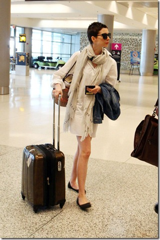 Anne Hathaway Anne Hathaway Leaves Miami C5p-tZAnUhAl