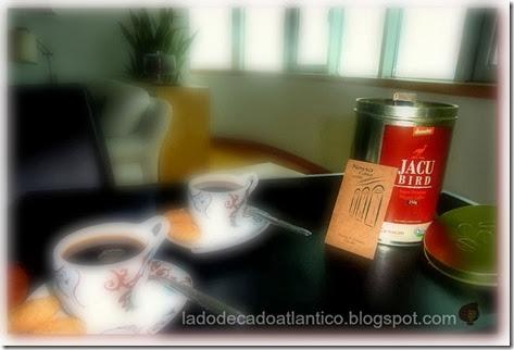 Imagem com bandeja com xícaras com café e uma lata de Jacu Bird Coffee