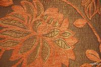 Tkanina obiciowa z efektem metalicznym w kwiaty. Pomarańczowa.