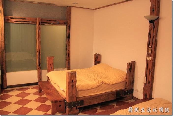 台東池上-一夜情黃姐民宿。原木作成的床架。