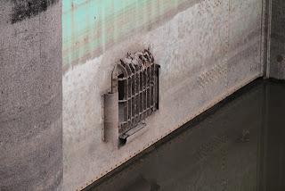 ローラーゲートの扉体に付属する放流用内蔵ゲート