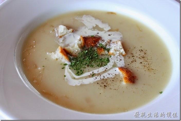 台南-瑪莉洋房(Marie's House)。洋蔥奶油濃湯。採用大量的洋蔥絲下鍋燉煮,讓湯頭自然釋放出滿滿的甘甜與香氣,連洋蔥絲一起食用可以消弭奶油濃湯原本的稠膩感,上面另外灑上些許的麵包屑點綴讓湯頭更有滋味。也可以要求加點胡椒粉提昇湯頭的鮮度感。