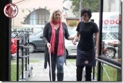 Funcionária acompanha cliente com deficiência visual