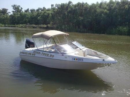 Barca de transport in Delta Dunarii.jpg